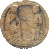 Anonyme, 13e siècle Clef de voûte : Le Couronnement de la Vierge, pierre provient de la cathédrale Saint-Pierre inv. D.843.1 © Jean-Marie Protte, musées